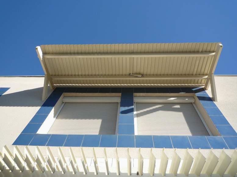 פרגולות אלומיניום - פרגולות חשמליות מתכווננות - פרגולה חשמלית מתכווננת לחלון