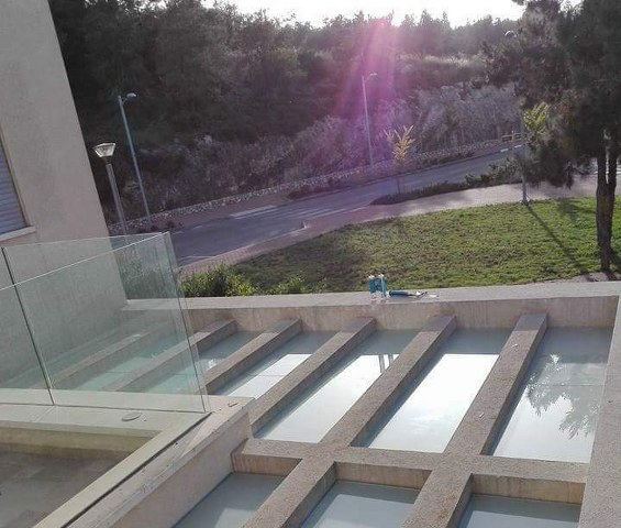 פרגולות אלומיניום - פרגולות זכוכית - פרגולת זכוכית בין קורות