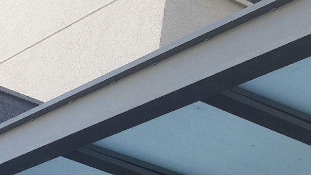 פרגולות אלומיניום - פרגולות לדלת כניסה - פרגולת זכוכית לדלת כניסה