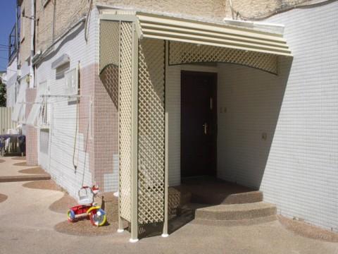 פרגולות אלומיניום - פרגולות לדלת כניסה - פרגולה בכניסה לביית