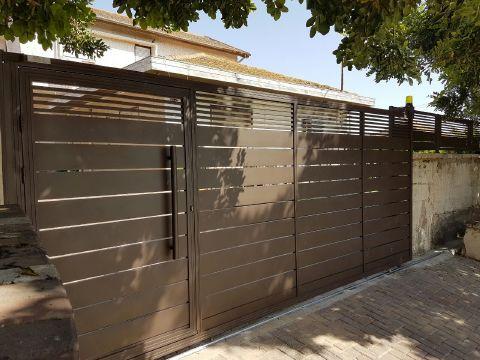 שערים - שער כניסה בתוך שער חניה - שער חניה +פשפש  דגם סטריפים