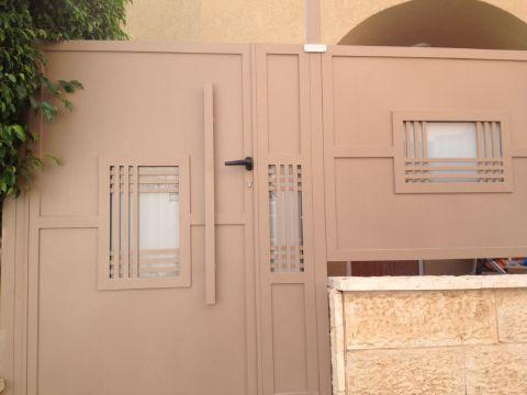 שערים - שער דגם אטום בשילוב זכוכית ודוגמאת שתי וערב - שער דגם אטום בשילוב זכוכית
