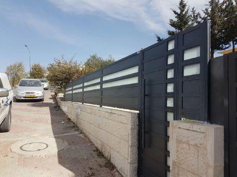 שערים - שערים  עם שילובי זכוכית - שער כניסה בדגם אטום וזכוכית
