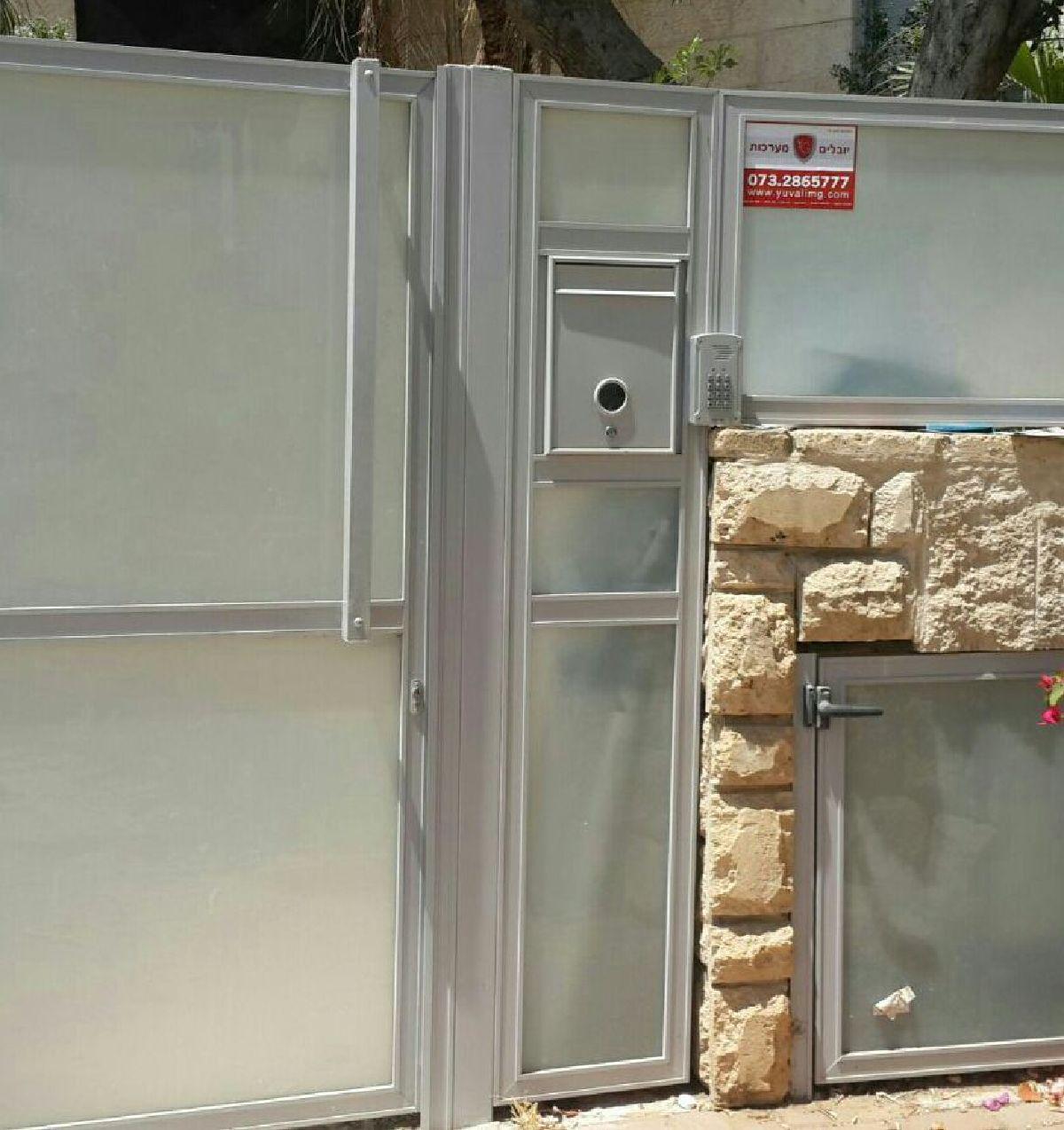 שערים - שערים  עם שילובי זכוכית - שער כניסה זכוכית חלבית