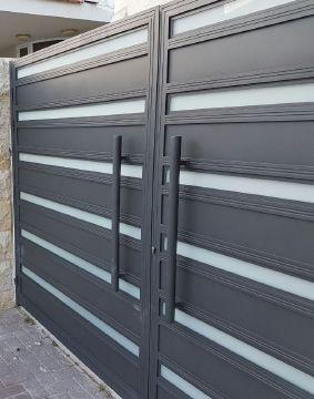 שערים - שערים  עם שילובי זכוכית - שער חניה דגם אטום בשילוב זכוכית