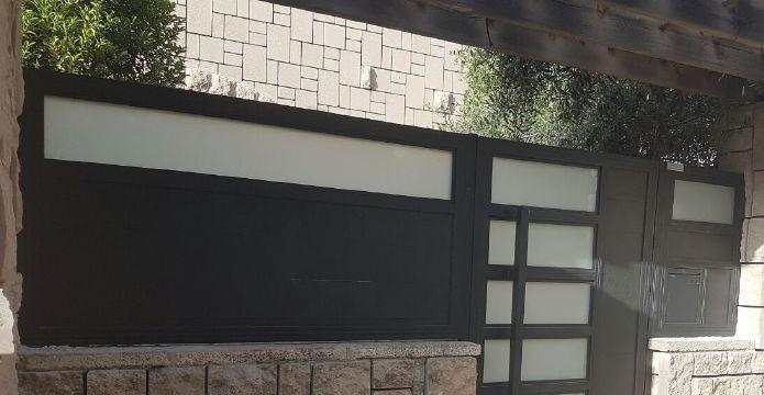 שערים - שערים  עם שילובי זכוכית - שער כניסה דגם אטום בשילוב זכוכית