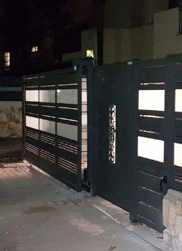 שערים - שערים  עם שילובי זכוכית - שער חניה דגם זכוכית הייטק