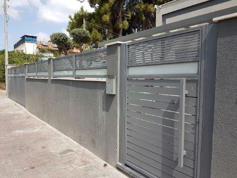 שערים - שערים  עם שילובי זכוכית - שער דגם הייטק וזכוכית