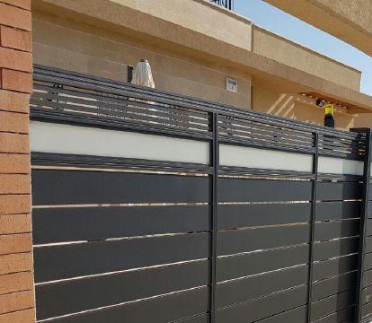 שערים - שערים  עם שילובי זכוכית - שער סטריפים וזכוכית