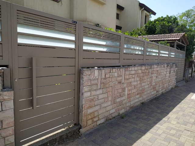 שערים - שערים  עם שילובי זכוכית - שער סטריפ וזכוכית