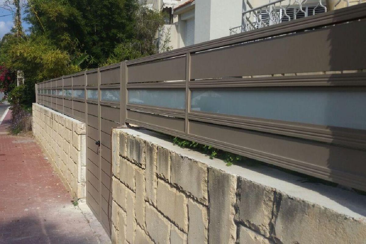 שערים - שערים  עם שילובי זכוכית - שער דגם סטריפים וזכוכית