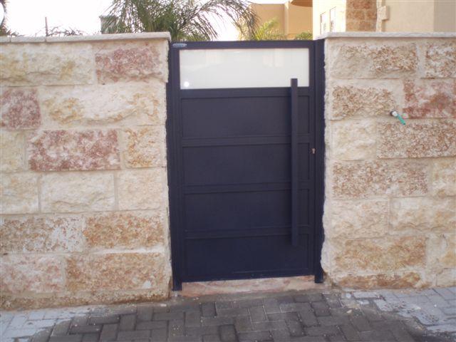 שערים - שערים  עם שילובי זכוכית - שער כניסה זכוכית