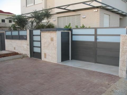 שערים - שערים  עם שילובי זכוכית - שערים -שער חניה