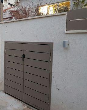 שערים - שערים / דלתות שירות - דלת  פח אשפה דגם סטריפים