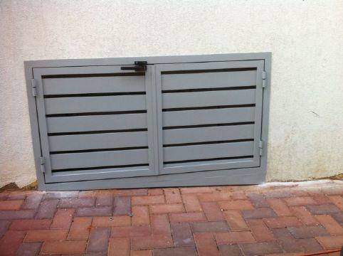 שערים - שערים / דלתות שירות - דלת שירות דגם סטריפים