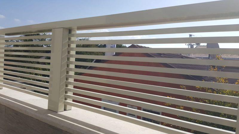 גדרות - גדר מודולרית - גדר סטריפים עם מאחז יד