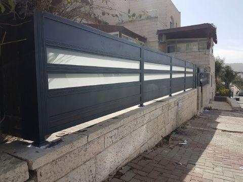 גדרות - גדרות - שילובי זכוכית - גדר דגם אטום וזכוכית
