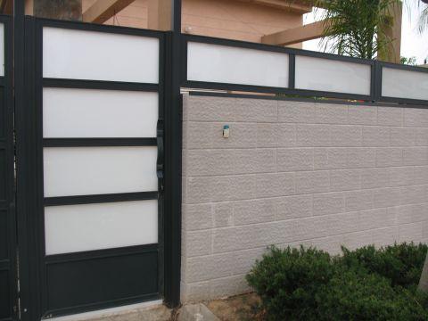 גדרות - גדרות - שילובי זכוכית - גדר עם שילוב זכוכית