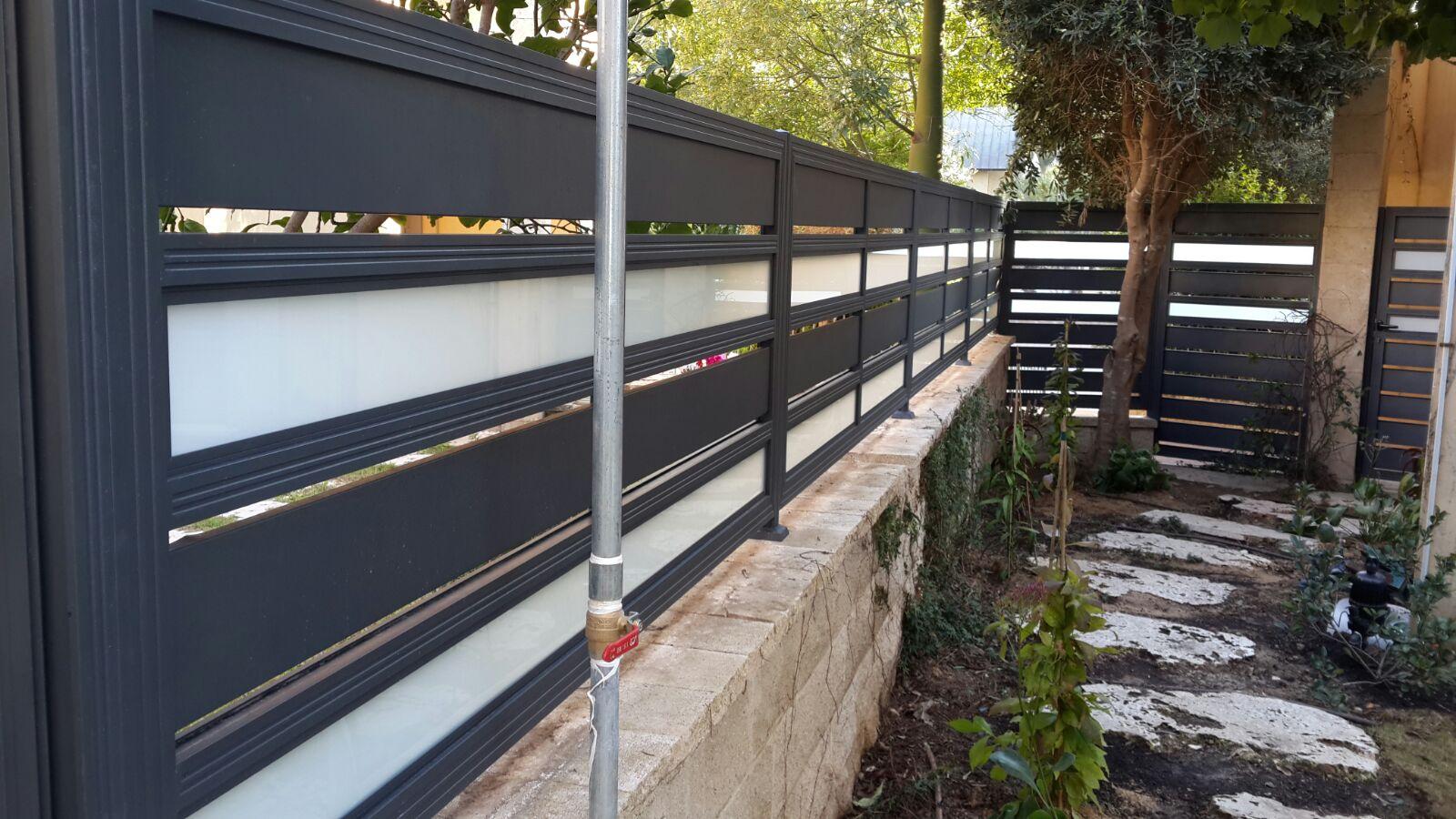 גדרות - גדרות - שילובי זכוכית - גדר אלומיניום סטריפים בשילוב זכוכית