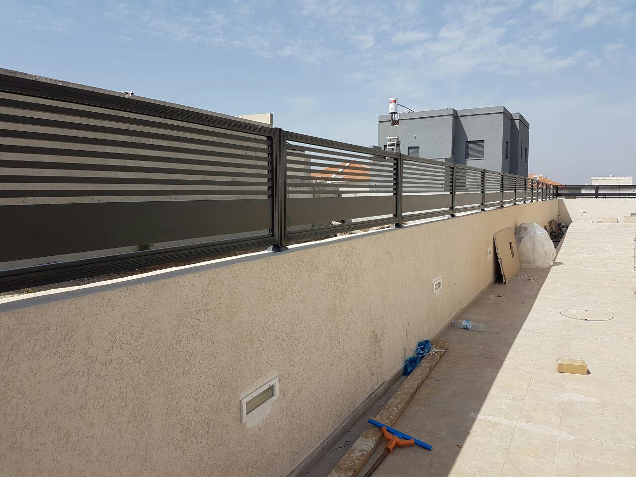 גדרות - גדרות סטריפים - גדר אלומיניום דגם סטריפים בשילוב הייטק