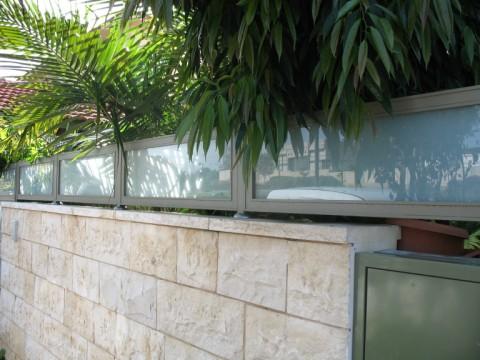 מעקות - מעקה זכוכית - כללי - מעקה זכוכית