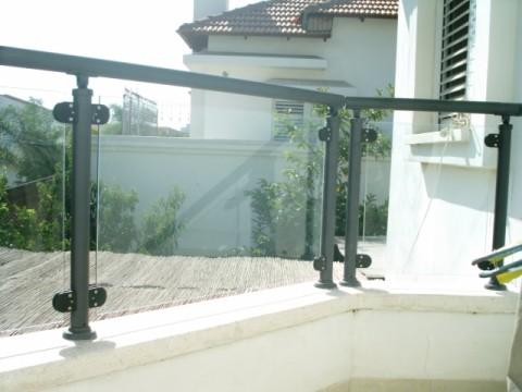 מעקות - מעקות זכוכית - דגם עדי - מעקה זכוכית